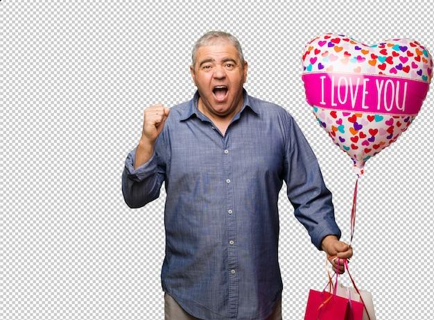 W średnim wieku mężczyzna świętuje valentines dzień krzyczy bardzo gniewnego i agresywnego