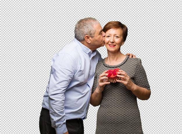 W średnim wieku para świętuje valentines dzień