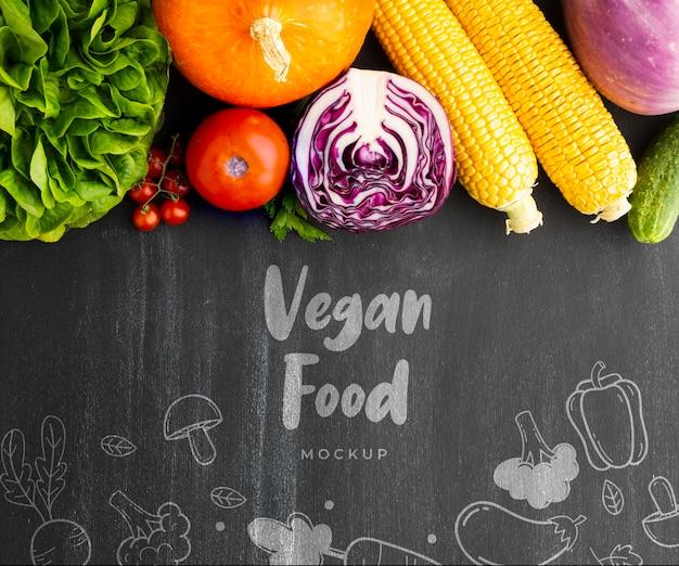 Wegańskie jedzenie napis z gryzmoły i warzywa