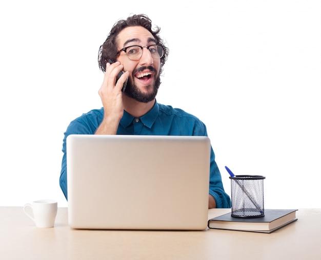 Wesoła pracownik rozmawia przez telefon