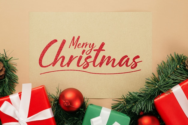 Wesołych świąt bożego narodzenia makieta z życzeniami z ozdób choinkowych