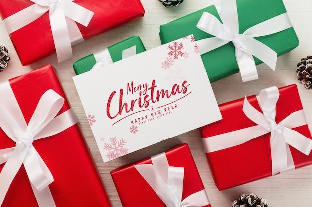 Wesołych świąt bożego narodzenia makieta z życzeniami z pudełkiem