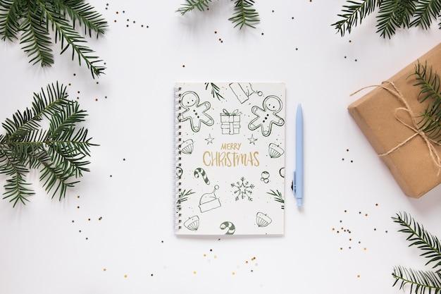 Wesołych świąt bożego narodzenia notatnik na stole