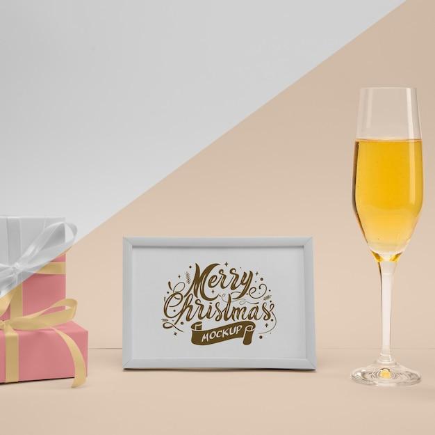Wesołych świąt bożego narodzenia rama z kieliszkiem do szampana