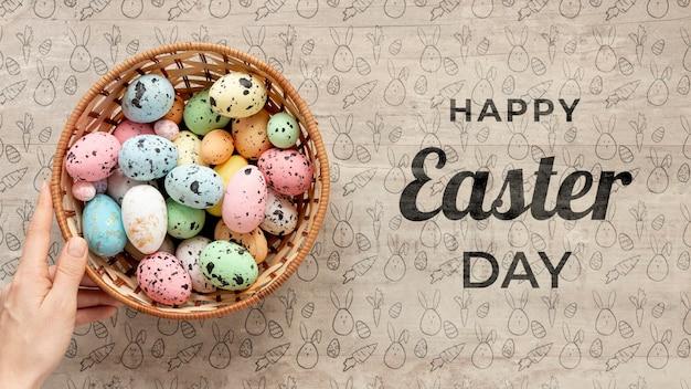 Wesołych świąt makieta z kolorowymi jajkami
