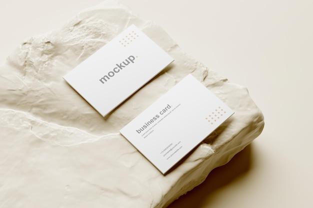 Widok perspektywiczny makiety wizytówki z białą skałą
