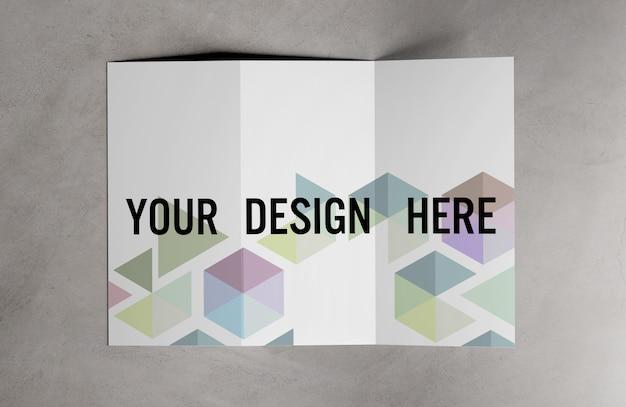 Widok potrójnej broszury na temat makiety stołu cementowego