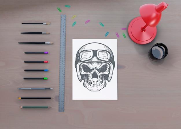 Widok pulpitu z rysunkiem szkicu na kartce papieru