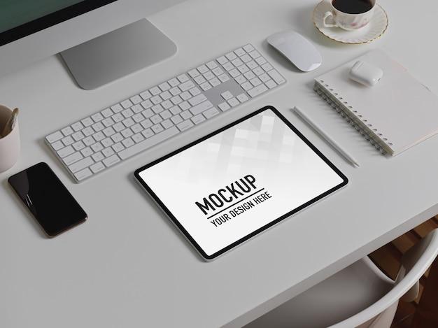 Widok z boku biurka z makietą tabletu