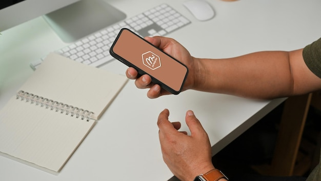 Widok z boku dłoni człowieka za pomocą smartfona