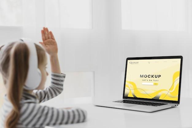 Widok z boku dziewczyna ze słuchawkami i laptopem