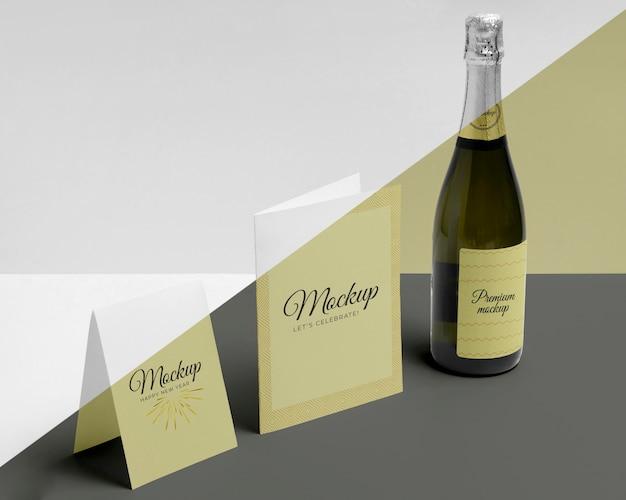 Widok z boku makiety butelki szampana