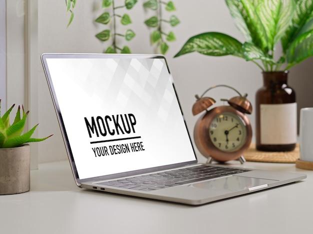 Widok z boku stołu roboczego biophilia z makietą laptopa