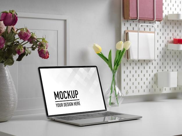 Widok z boku stołu roboczego z makietą laptopa