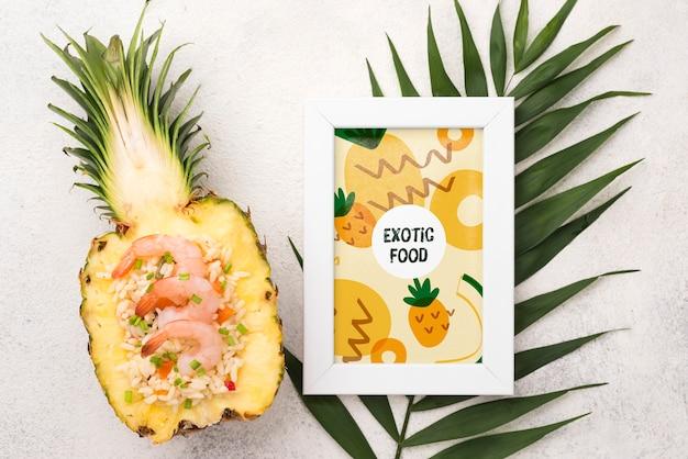 Widok z góry ananasa i ramki z makiety