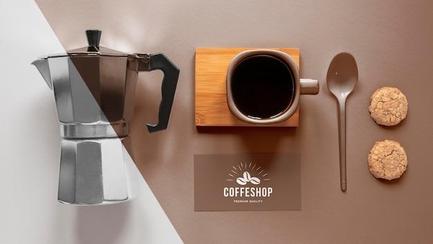 Widok z góry aranżacji elementów marki kawy