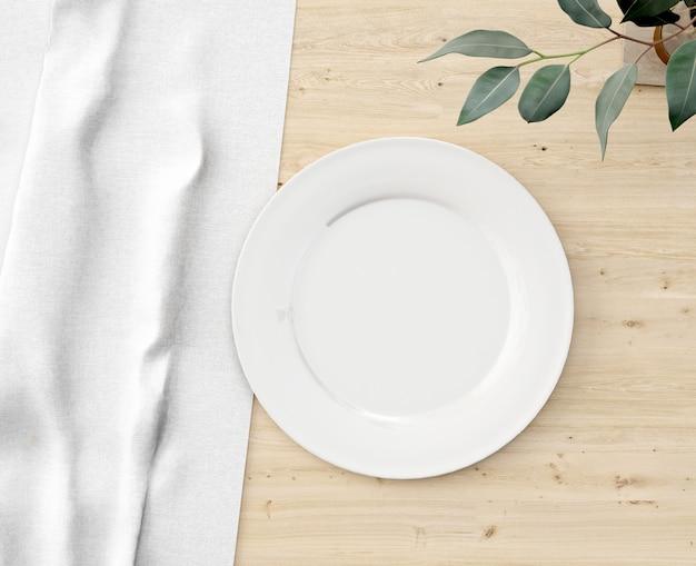 Widok z góry białe płytki na drewnianym stole