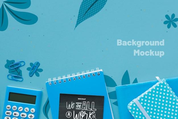 Widok z góry biurka z kalkulatorem i notatnikami