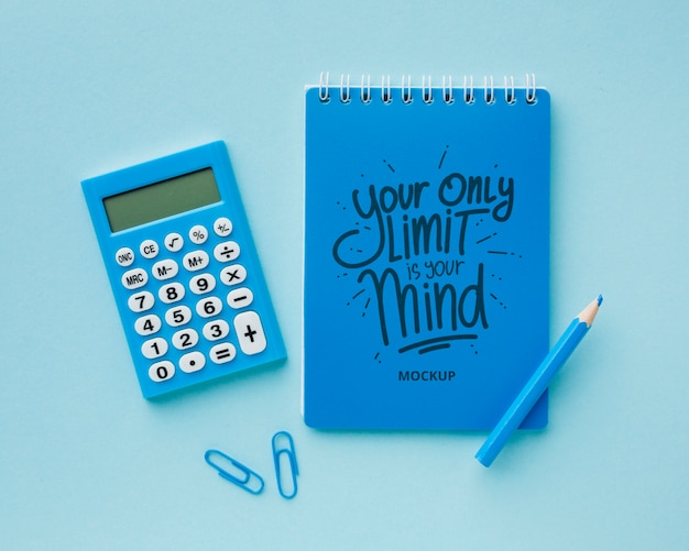 Widok z góry biurka z kalkulatorem i ołówkiem