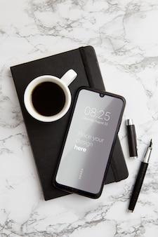 Widok z góry biurko koncepcja ze smartfonem