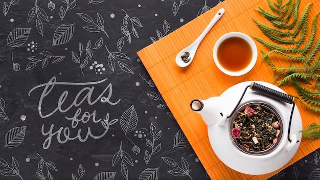 Widok z góry ceramiczny dzbanek do herbaty z ziołami
