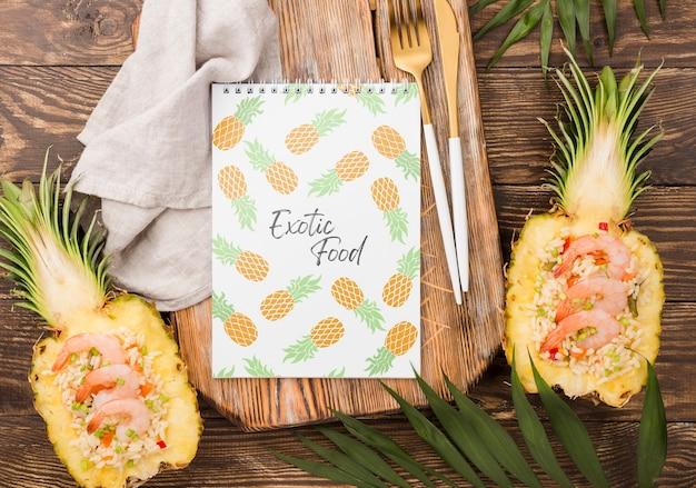 Widok z góry egzotycznych ananasów z makiety