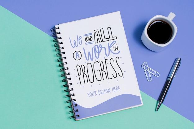 Widok z góry filiżanka kawy i notatnik z makiety