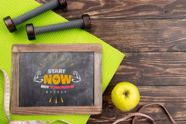 Widok z góry fitness tablica z jabłkiem i ciężarkami
