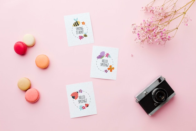 Widok z góry karty z kwiatami i kamerą