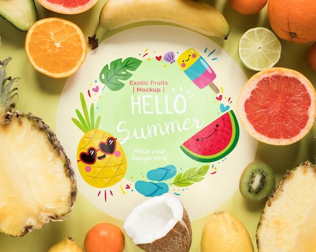 Widok z góry kolekcji egzotycznych owoców z makietą