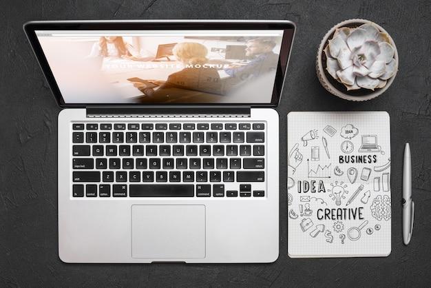 Widok z góry kompozycja z laptopem i materiały biurowe