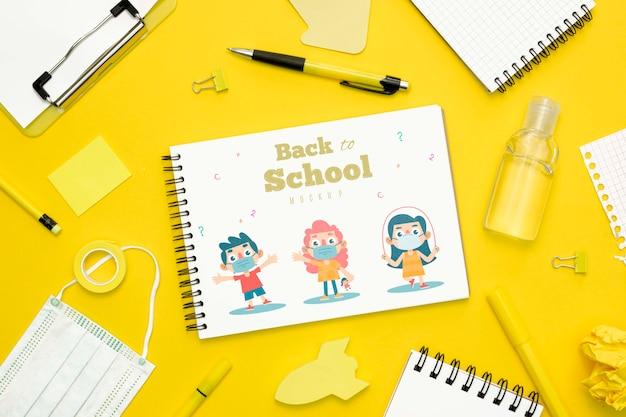 Widok z góry koncepcja szkoły z notebooka