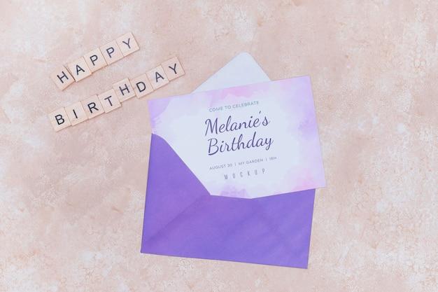 Widok z góry koperty na urodziny