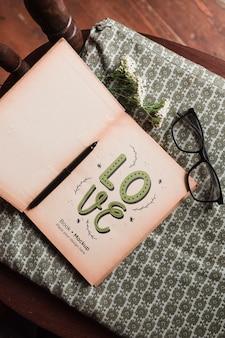 Widok z góry książki w okularach i długopis