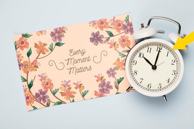 Widok z góry kwiatowy karty z zegarem