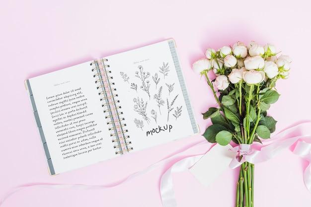 Widok z góry kwiaty na prezent z makietą