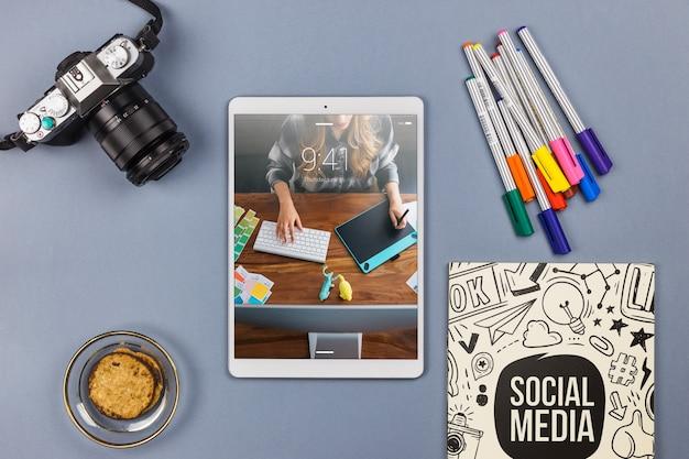 Widok z góry makieta tabletu z elementami biurka