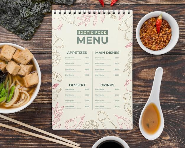 Widok z góry menu egzotycznych potraw z makietą