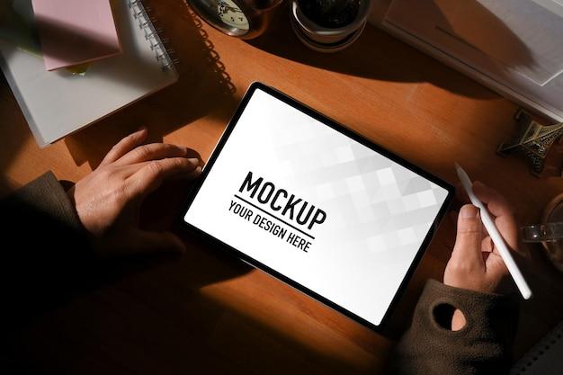 Widok z góry męskich dłoni za pomocą makiety cyfrowego tabletu