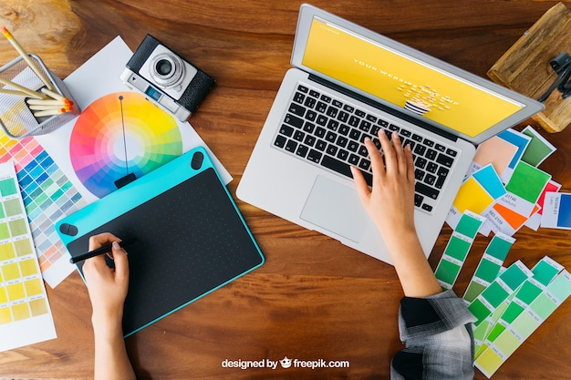 Widok z góry mockup projektanta grafiki z tabletem graficznym i laptopem