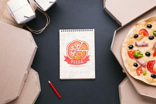 Widok z góry na bezpłatny asortyment usług gastronomicznych z makietą notatnika