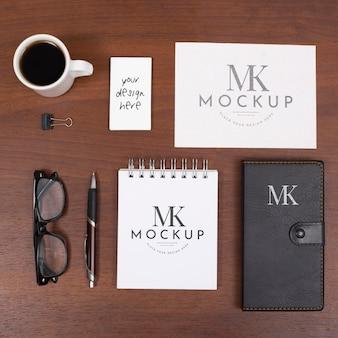 Widok z góry na biurko z notatnikiem