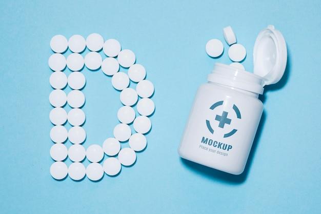 Widok z góry na butelkę z tabletkami w kształcie d