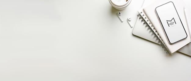 Widok z góry na ciemny kreatywny obszar roboczy z makietą smartfona