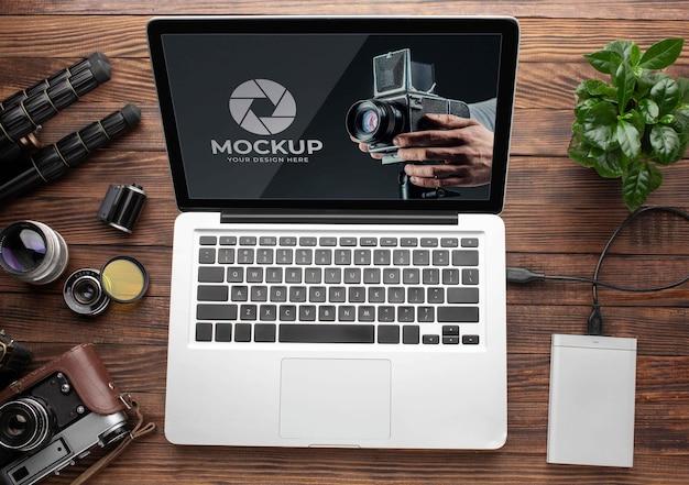 Widok z góry na drewniany obszar roboczy fotografa z laptopem