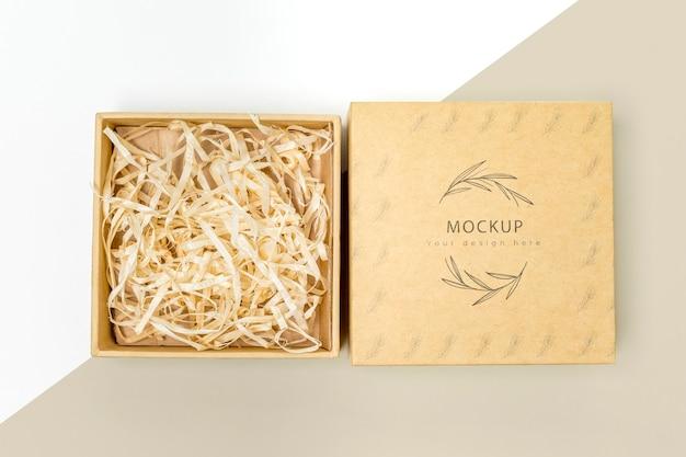 Widok z góry na ekologiczne pudełko upominkowe z makietą rozdrobnionego papieru