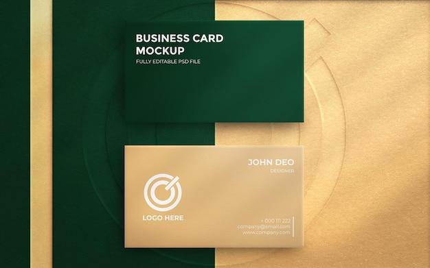 Widok z góry na elegancką wizytówkę z wytłoczonym logo