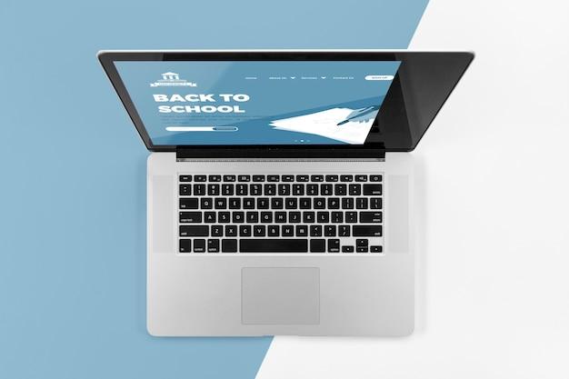 Widok z góry na laptop z powrotem do szkoły