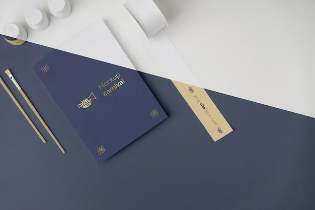 Widok z góry na minimalistyczne zaproszenie na karnawał z miejscem na kopię