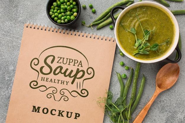 Widok z góry na miskę zupy z notatnikiem